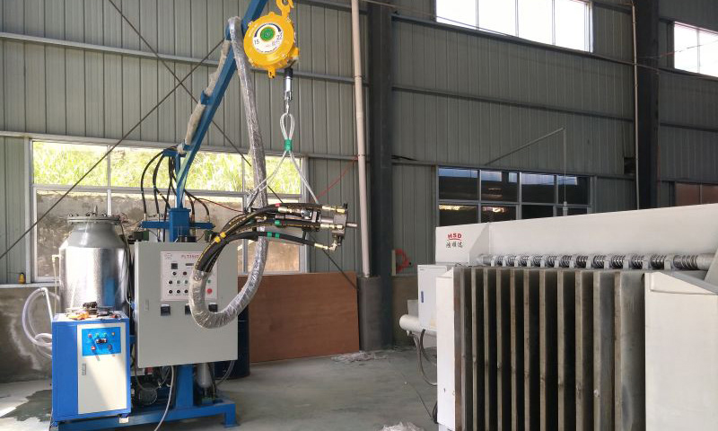 Small polyurethane foaming machine for wooden door